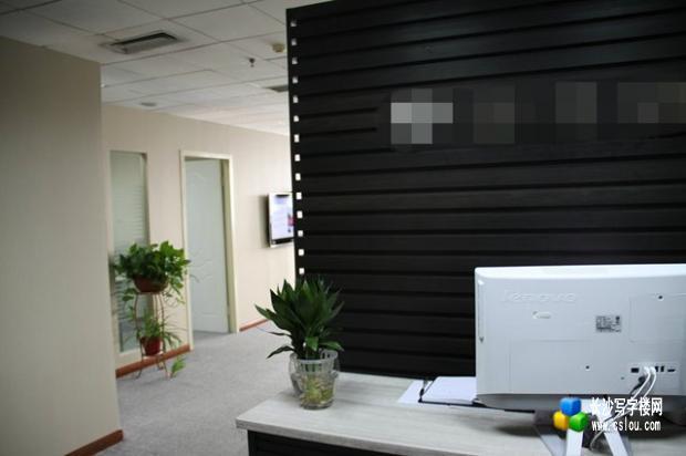 房子内有一个总经理办公室,含大办台,电视机,两门书柜,两个铁皮
