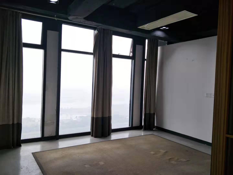 超低价,万达广场高层西南双面江景,仅租1.7一平,赠送免租期,有装修带家具